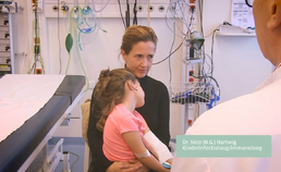 Inspectie van het oor bij oorpijn (bij een jonger kind)