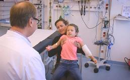 Inspectie van de keel bij keelpijn (bij een jonger kind)