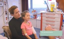 Inspectie van het oog bij oogklachten (bij een jonger kind)